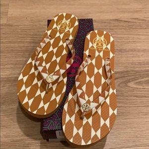 d9eed0865e877d Tory Burch Shoes - Tory Burch GOLD DIAMOND TILE won t flip flop sz 10